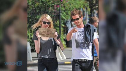 News video: Anne Hathaway And Adam Shulman Steal Emma Stone And Andrew Garfield's Cute Paparazzi Sign Idea
